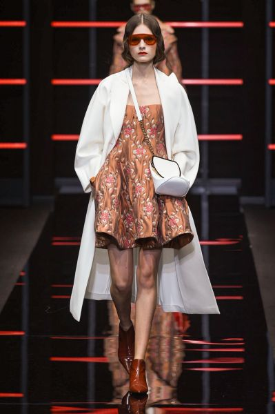 Milano La Moda Libertà Vestire Armani DonnaEmporio E Del OmynvN80w