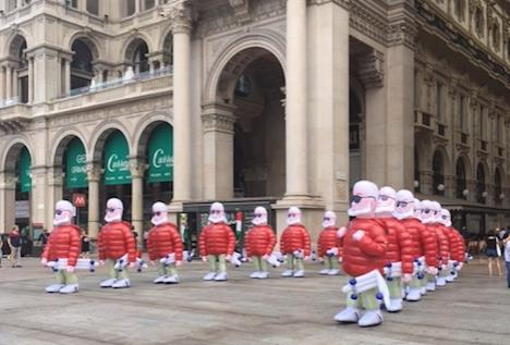 low priced 5a83e 0e9eb Flash Mob: I Mr Moncler invadono piazza Duomo. Pioggia di ...