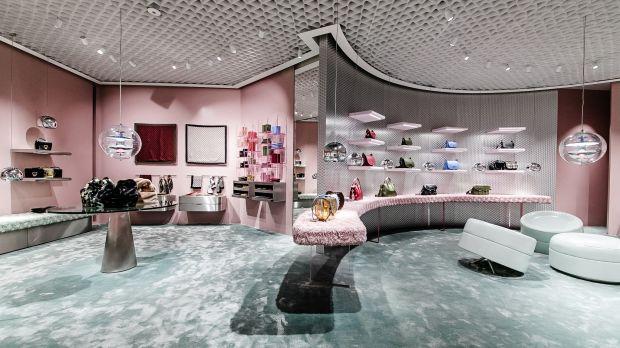 purchase cheap 734b6 db6a0 in vista più cina e una showroom a milano: Coccinelle: con ...