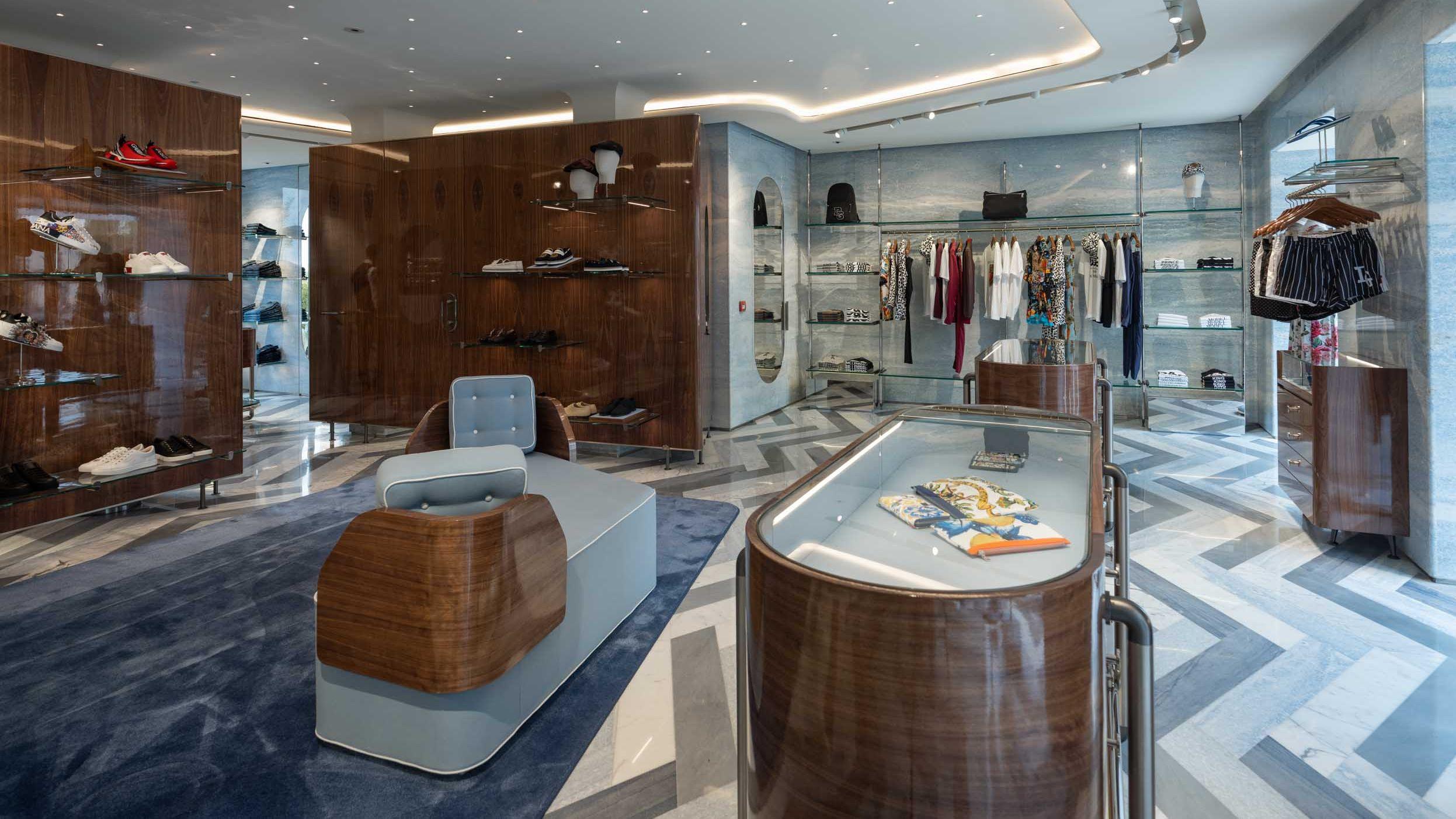 stores  Dolce Gabbana raddoppia a Forte dei Marmi 20bf0fabd4